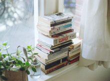 Les livres d'occasion ne sont pas nouveaux, ils existent depuis l'invention de l'écriture. Mais à l'heure où le numérique prend une place toujours plus importante dans notre quotidien, les livres font de la résistance et les livres d'occasion n'ont jamais été aussi plébiscités par les Français. Une solution à la fois économique et écologique Le succès des livres d'occasion ne doit rien au hasard. Que ce soit pour vendre ou acheter des livres, l'occasion représente une formidable opportunité. Les livres d'occasion représentent tout d'abord une opportunité économique. Lorsque l'on commande régulièrement des livres sur internet, on se rend compte assez rapidement que la plupart des livres d'occasion sont en fait en très bon état et que l'expérience de lecture n'a rien à envier aux livres neufs. Pourtant, les livres d'occasion sont souvent bien moins chers, en moyenne à -50% par rapport à leur équivalent en neuf. L'occasion permet de faire des économies non-négligeables. On comprend mieux pourquoi les Français plébiscitent de plus en plus ce mode de consommation. Vendre ses livres est également une excellente solution pour gagner un peu d'argent et arrondir ses fins de mois. En plus de prix cassés, l'occasion est un mode de consommation très responsable. En achetant vos livres de seconde main, vous limitez les effets de la surproduction de papier et de la déforestation. Saviez-vous qu'en France, plus de 140 millions de livres sont détruits tous les ans ? Pourtant, la plupart sont encore en état d'être lus et mérite une seconde vie. Un marché où les solutions se multiplient Les solutions pour acheter d'occasion n'ont jamais été aussi nombreuses. Et ceci ne concerne pas uniquement les livres. Tous les mois, de nouvelles enseignes de la mode ou de la grande distribution par exemple annoncent lancer des initiatives en faveur de l'occasion. C'est une tendance qui gagne en importance depuis plusieurs années et semble s'ancrer durablement dans le paysage français. En ce qui co